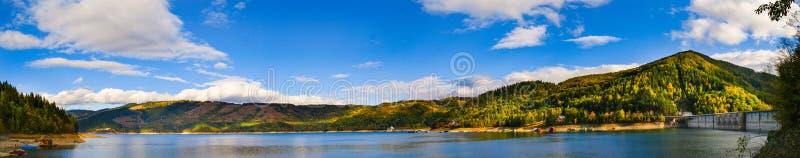 Panorama over het meer en de dam van Izvorul Muntelui royalty-vrije stock foto's