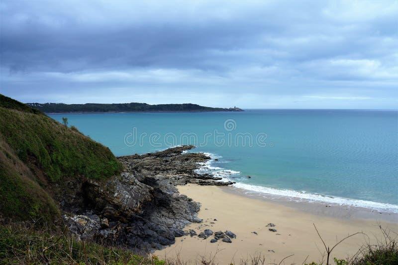 Panorama over het overweldigende strand in Heilige Cast Le Guildo Brittany France Europe royalty-vrije stock fotografie