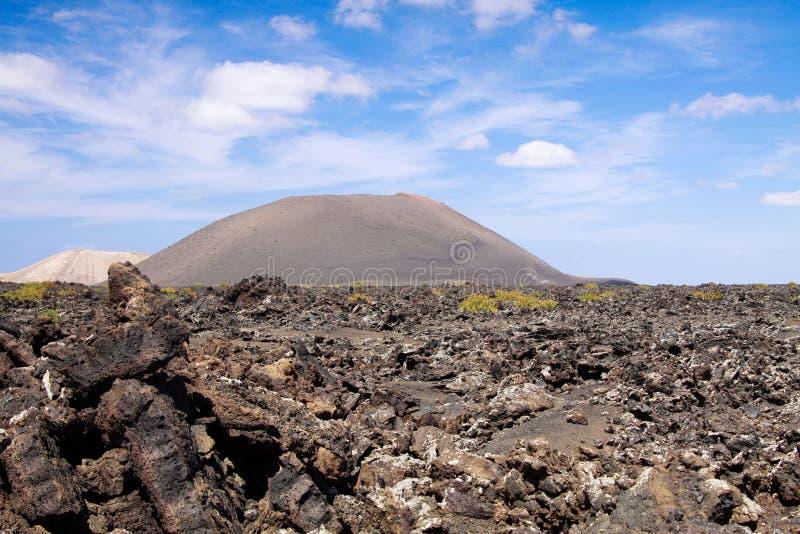 Panorama over lavagebied op krater en kegel van rode vulkanen in Timanfaya NP, Lanzarote, Canarische Eilanden stock fotografie