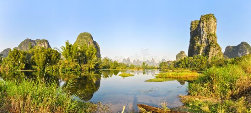 Panorama på de pittoreska bankerna av Li River, Kina arkivfoton
