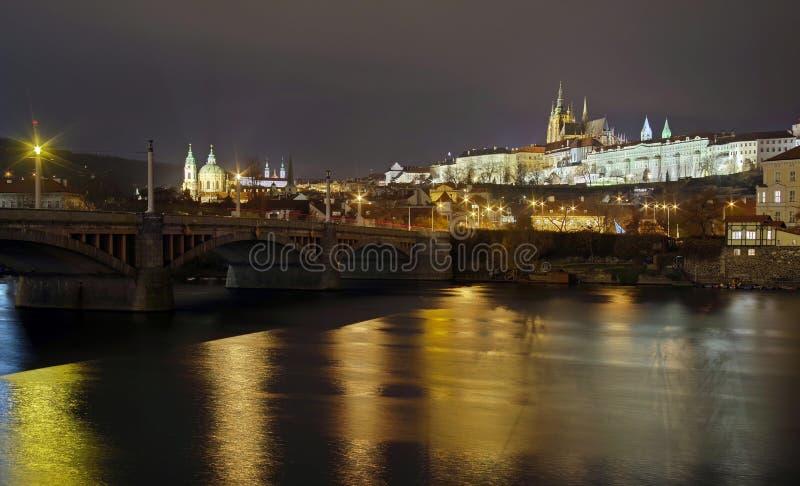 Panorama Paesaggio dell'attrazione del punto di riferimento a Praga: Castello di Praga, san cattolico Vitus Cathedral e fiume del immagine stock