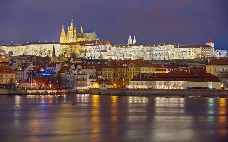 Panorama Paesaggio dell'attrazione del punto di riferimento a Praga: Castello di Praga, san cattolico Vitus Cathedral e fiume del fotografia stock libera da diritti