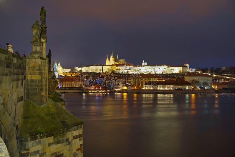 Panorama Paisagem da atração do marco em Praga: Castelo de Praga, Saint católico Vitus Cathedral e rio de Vltava - República Chec foto de stock royalty free