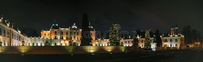 Panorama panoramico del palazzo Branicki a Natale, nella scena notturna, Bialystok, Polonia immagini stock