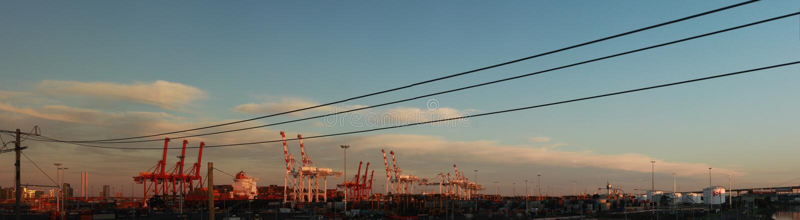 panorama panoramico di alte gru di navigazione di porto in piedi che caricano una nave in porto con container a Port Melbourne, c immagine stock libera da diritti