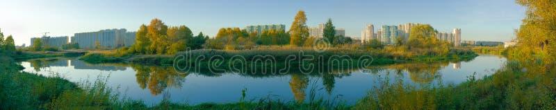 Panorama panoramique sur la rivière Miass au coucher du soleil Paysage d'automne images stock