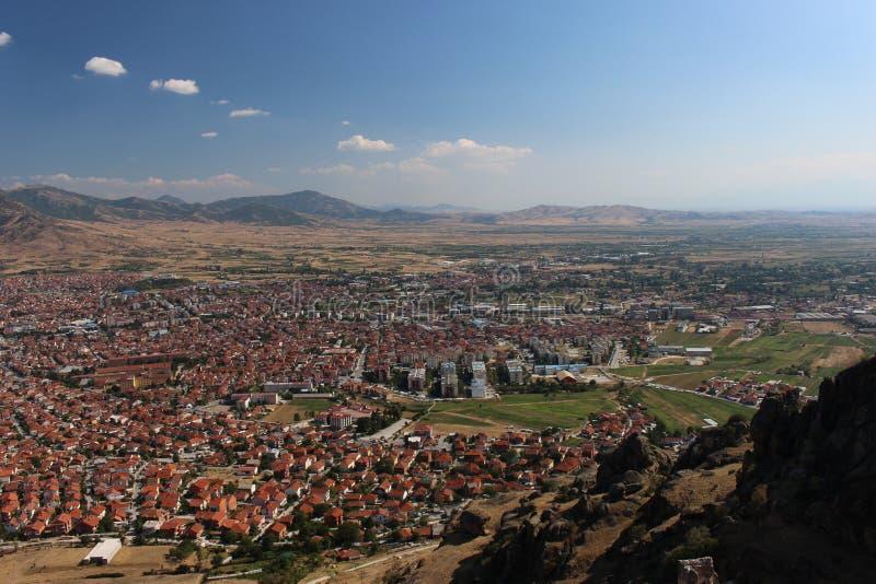 Panorama parziale della città Prilep in Macedonia immagini stock