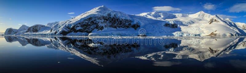 Panorama perfeito da reflexão em Neko Harbor, Neko Harbor, a Antártica fotos de stock