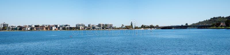 Panorama Perth miasta bridżowy i Południowy Perth przy Łabędzią rzeką zdjęcie stock