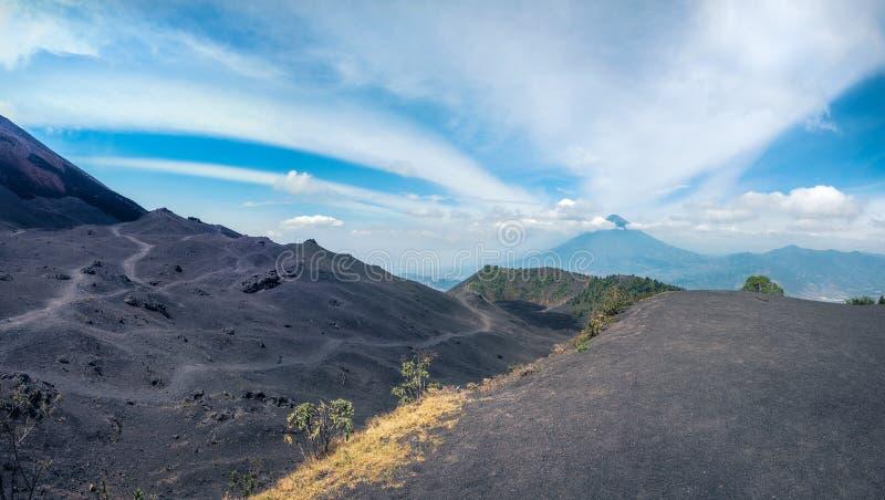 Panorama più basso di vista del cratere di Volcano Pacaya nel Guatemala fotografia stock libera da diritti