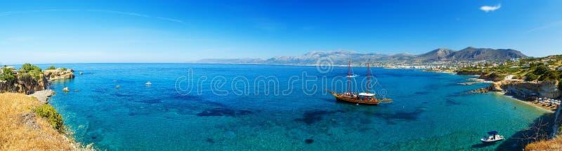 Panorama piękna sceneria - tradycyjna staromodna rejs łódź dokująca piaska brzeg kolorowi błękitni lazur i obrazy royalty free