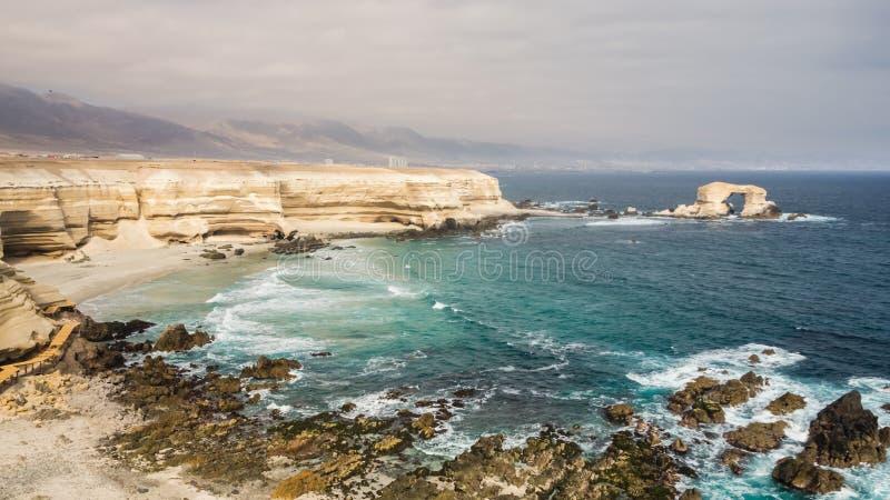 Panorama- pic av La Portada, stenar välva sig i Antofagasta, Chile royaltyfri foto