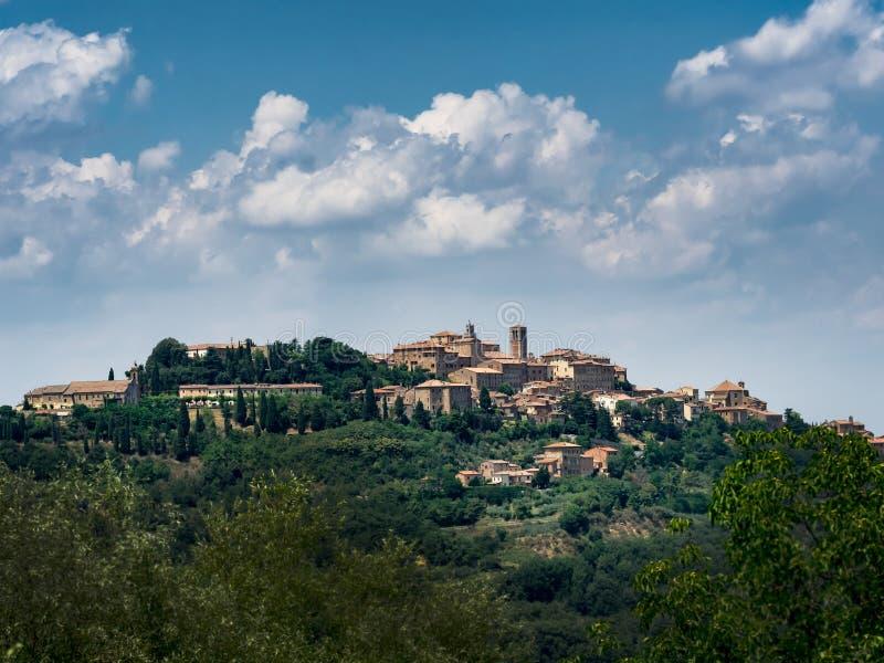 Download Panorama Pienza w Tuscany zdjęcie stock. Obraz złożonej z farm - 57650580