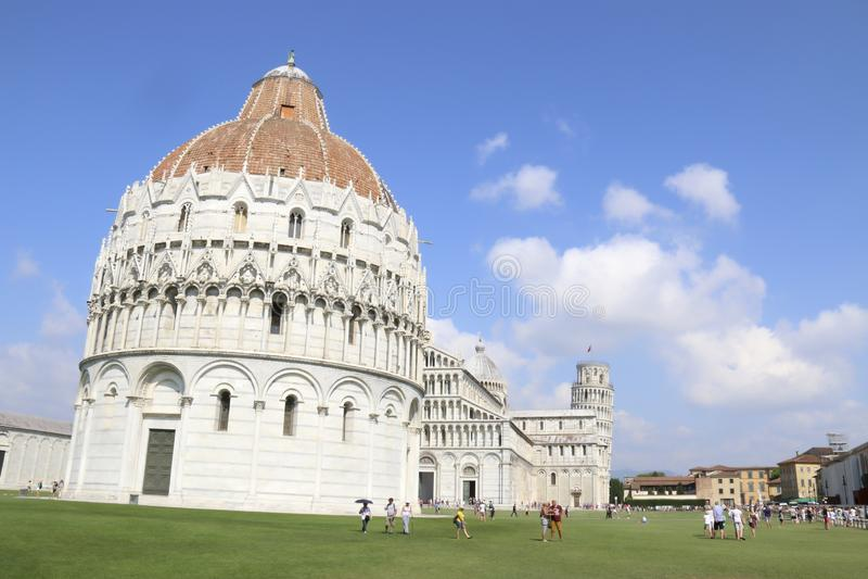 Panorama- Pisa sikt på en blå dag arkivbild