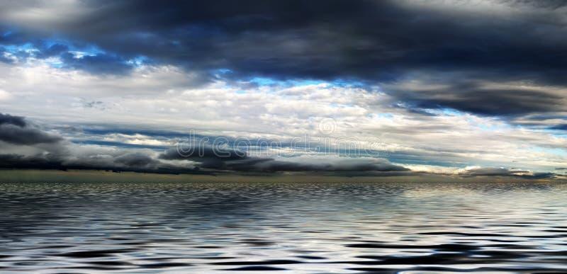 Panorama por encima de la superficie del cielo nublado imagen de archivo libre de regalías