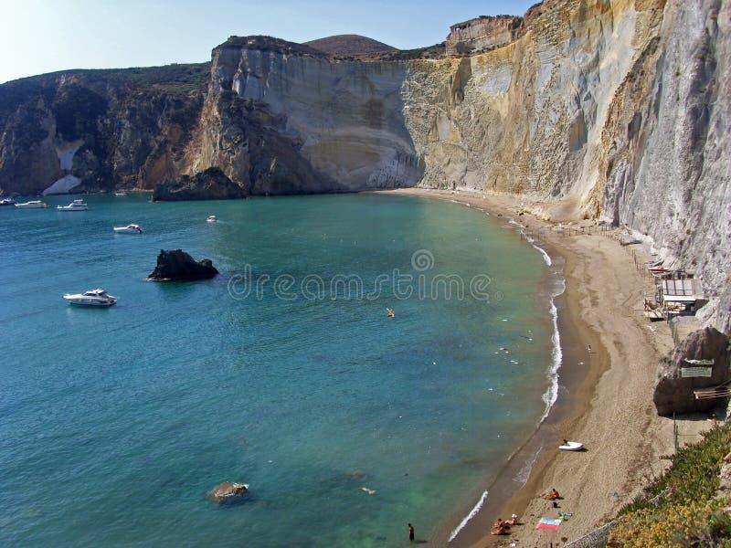 Panorama por la isla de Ponza, Italia imagen de archivo libre de regalías