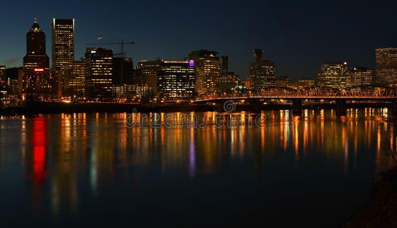 Panorama Portland-Oregon nachts. stockbilder