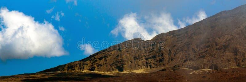 Panorama powulkaniczna krater ściana przy Haleakala parkiem narodowym na wyspie Maui w Hawaje zdjęcia stock