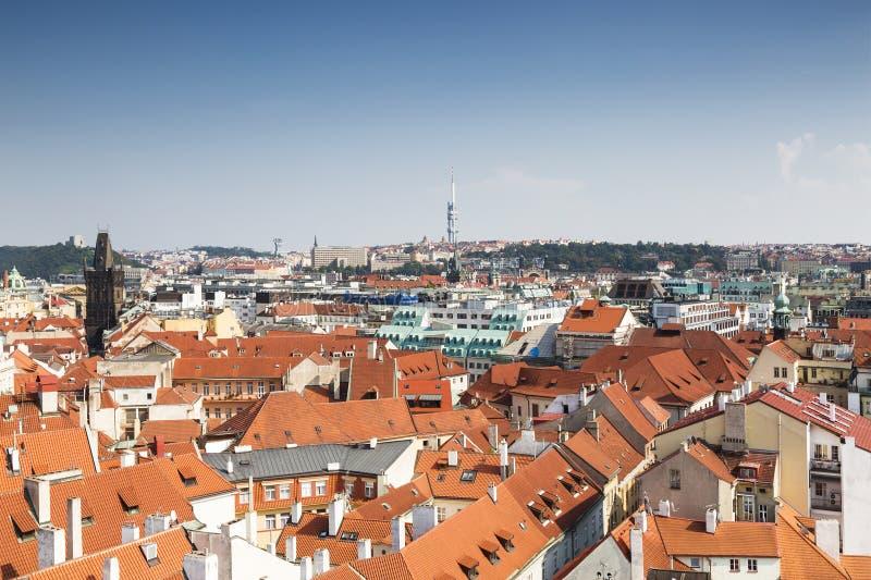 Panorama Praga śródmieście z czerwień dachami i Charles most górujemy obraz stock