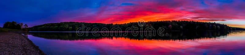 Panorama preso al tramonto, al bacino idrico lungo del braccio, vicino ad Hannover, P immagini stock