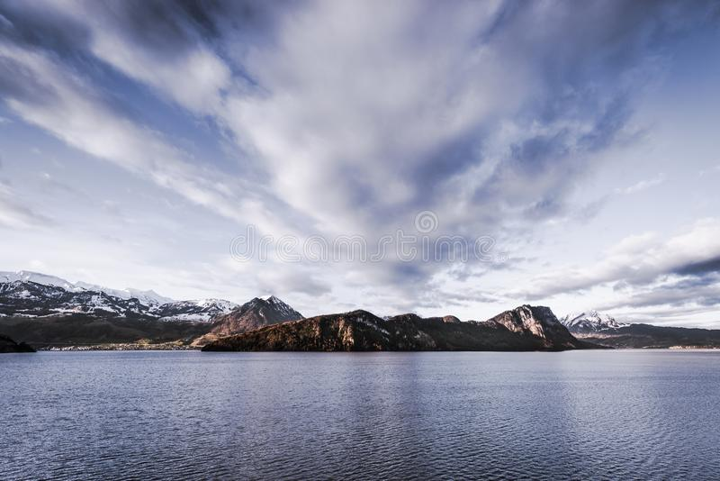 Panorama preto e branco sobre as montanhas e o lago dos cumes Lucerna do cant?o de Su??a imagem de stock royalty free