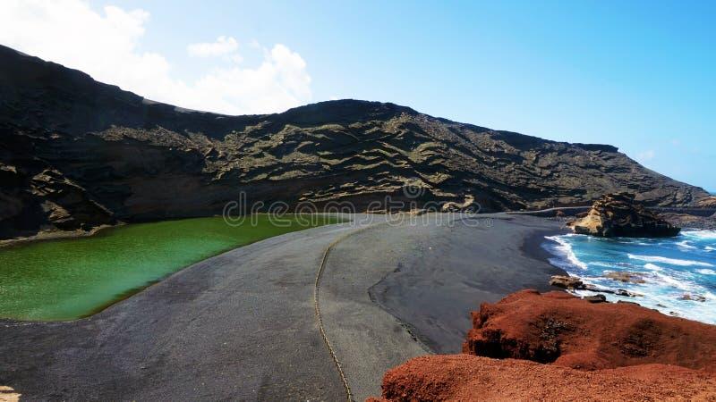 Panorama proeminente do EL verde vulcânico Lago Verde do lago, Charco de los Clicos no EL Golfo, Lanzarote, Ilhas Canárias fotografia de stock