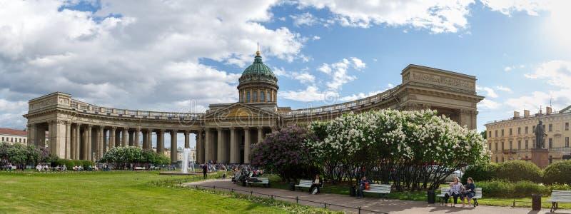 Panorama przegapia Kazan katedrę, kwiatonośni krzaki piękni kwiaty, odpoczynkowi ludzie na pogodnym wiosna dniu fotografia stock