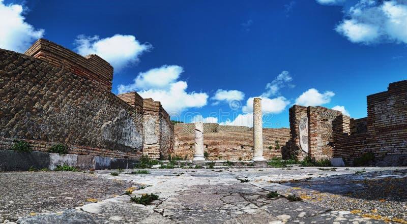 Panorama przy archeologicznymi ekskawacjami Ostia Antica piÄ™kna architektura z kolumnami i resztkami bruk fotografia stock