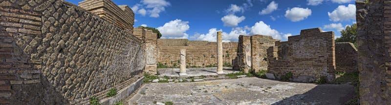 Panorama przy archeologicznymi ekskawacjami Ostia Antica piÄ™kna architektura z kolumnami i resztkami bruk zdjęcie royalty free