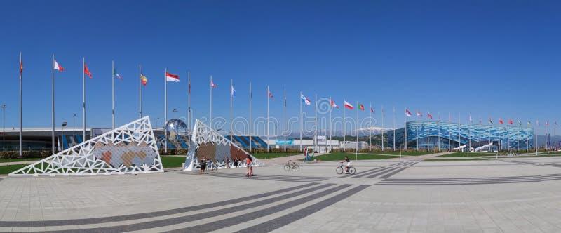 Panorama que pasa por alto la pared de los campeones del XXII juegos olímpicos y de Paralympic y el palacio patinador del iceberg fotos de archivo