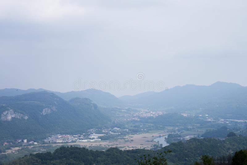 Panorama que usted puede ver de una colina fotos de archivo