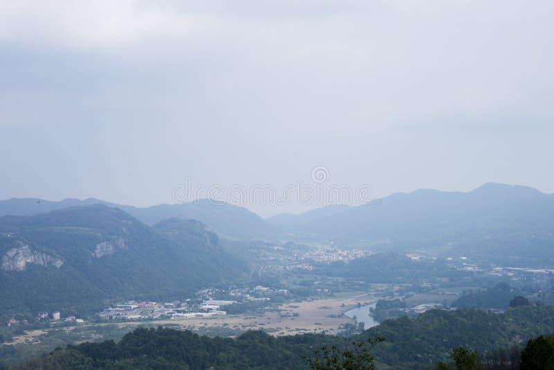 Panorama que vous pouvez voir d'une colline photos stock