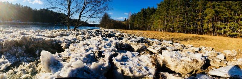 Panorama quebrado gelo do rio de Neris em um banco fotografia de stock
