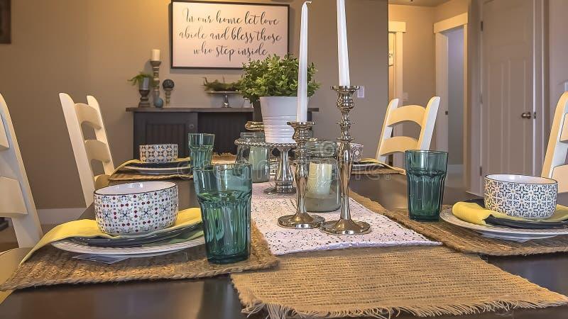 Panorama ramowego stołu położenie dekorujący z świeczek rośliien konopie stołu placemats i biegaczami obrazy stock