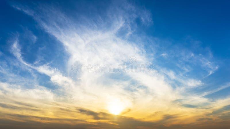 Panorama ranku wschód słońca niebo i gładzi chmury natury tło fotografia royalty free