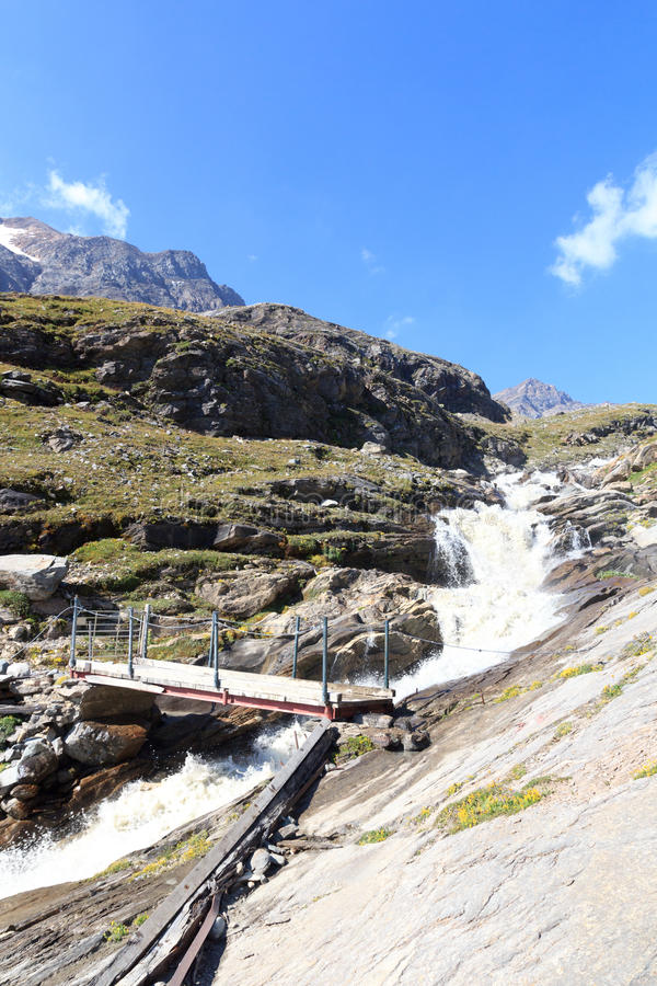 Panorama rapide de courant, de pont et de montagne, Alpes de Hohe Tauern, Autriche images libres de droits