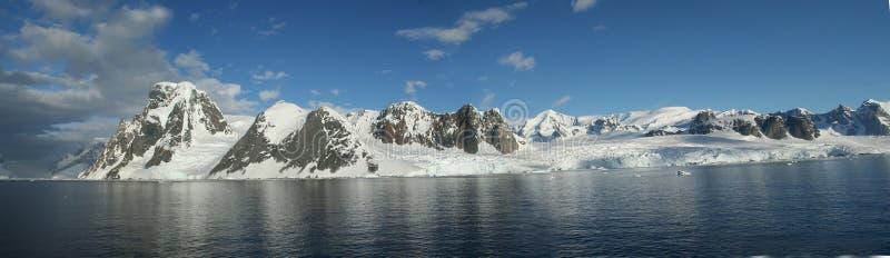 Panorama - Reflexionen von Glazial- icefalls und von Bergen, mit bewölktem blauem Himmel stockfotografie