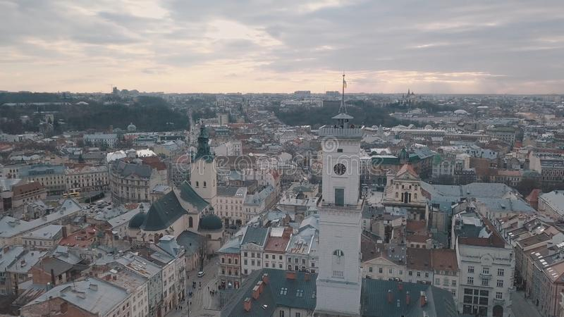 Panorama a?reo de la ciudad europea antigua Lviv, Ucrania Ayuntamiento, Ratush foto de archivo