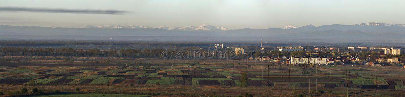 Panorama reservado hermoso de la primavera de campos y de m arados y verdes fotos de archivo libres de regalías