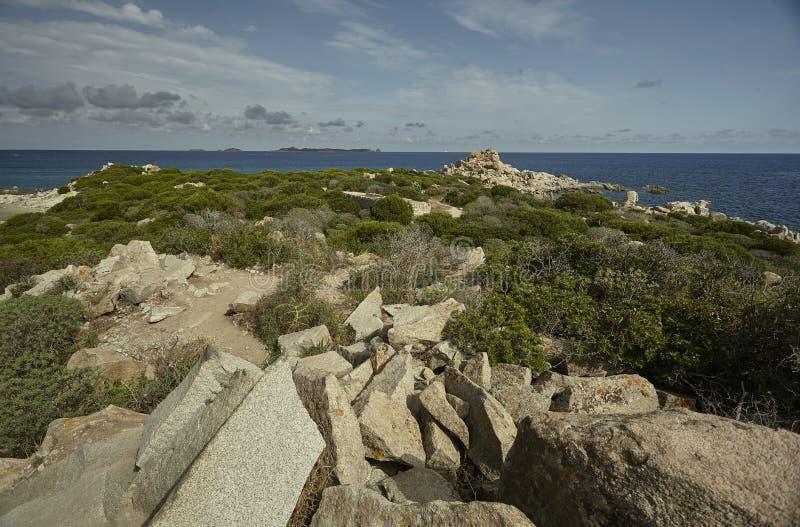 Panorama rocoso de las costas sardas foto de archivo