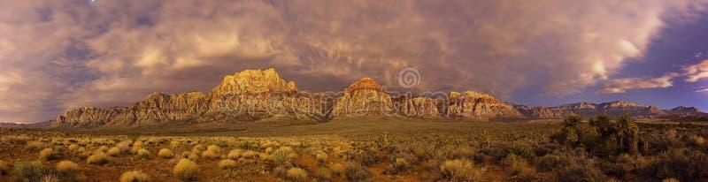 Panorama rojo de la noche de la roca fotos de archivo libres de regalías