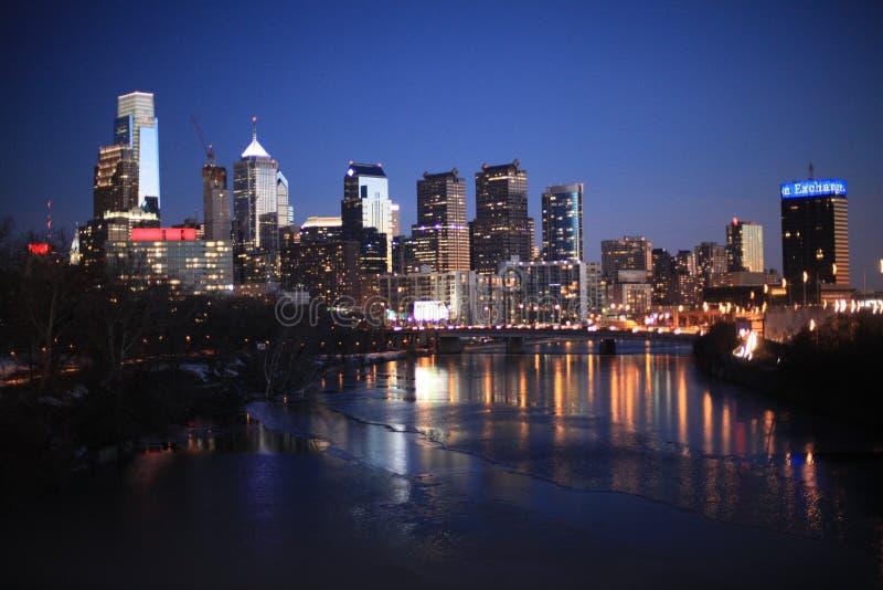 Panorama romântico da cidade da noite imagens de stock royalty free