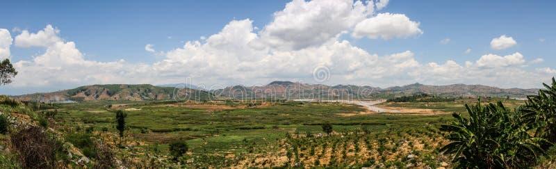 Panorama runt om Lak sjön, Buon mor Thuot, Dak Lak landskap, Vietnam royaltyfri foto