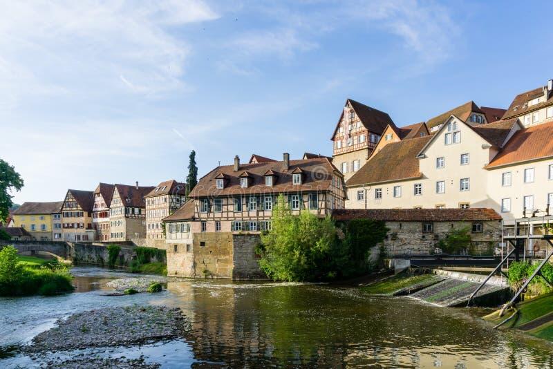 Panorama ryglowi domy na rzece Schwäbisch sala w Baden-Wurttemberg Niemcy obrazy royalty free