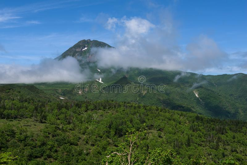 Panorama's van de groene Shiretoko-Pas rond Onderstel Rausu in het Nationale Park van Shiretoko stock foto