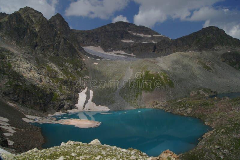 Panorama's van het blauwe bergmeer stock foto