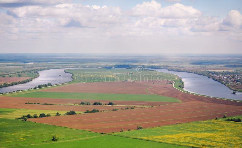 Panorama's van het natuurlijke landschap: de rivier, de gebieden, de stad stock foto's