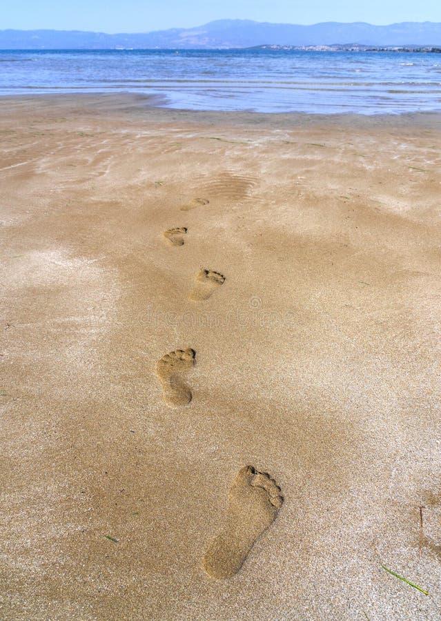 Panorama's van het zandige strand, de bergen en de voetafdrukken in het zand at low tide op het strand van Liani Ammos in Halkida stock afbeelding