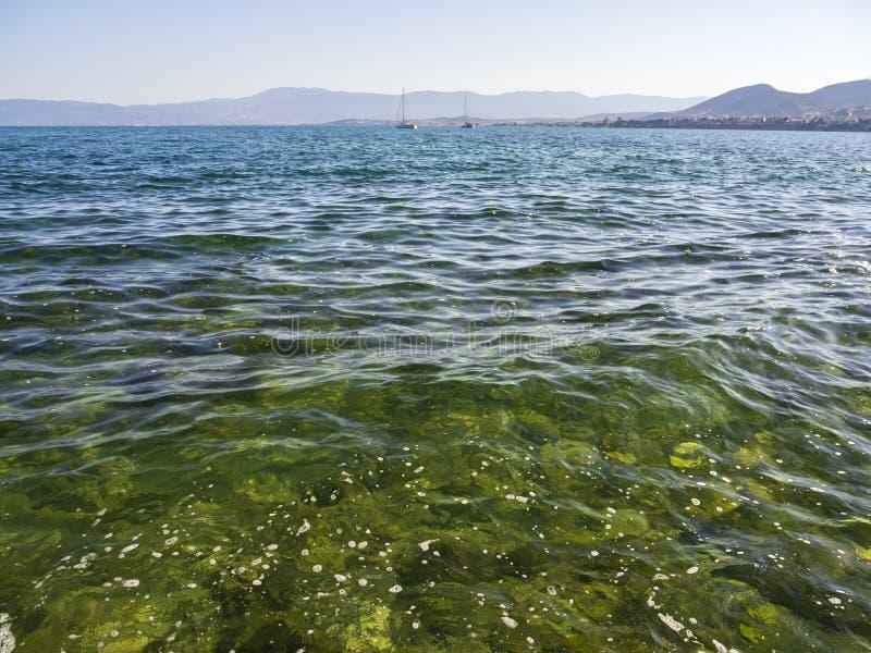 Panorama's van overzees, de bergen en de jachten op het strand van Liani Ammos in Halkida, Griekenland op een Zonnige de zomerdag royalty-vrije stock fotografie