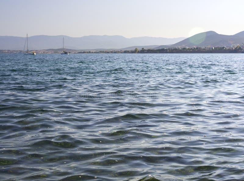 Panorama's van overzees, de bergen en de jachten op het strand van Liani Ammos in Halkida, Griekenland op een Zonnige de zomerdag royalty-vrije stock foto